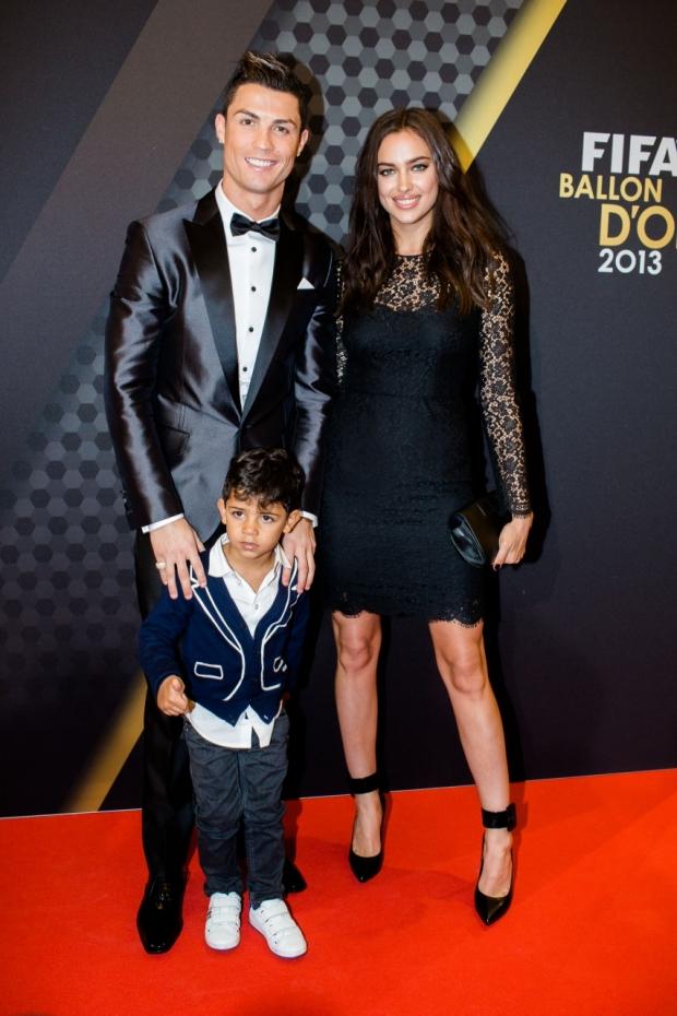 Malý a velký Cristiano Ronaldo s modelkou Irinou Shayk Foto: isifa.com