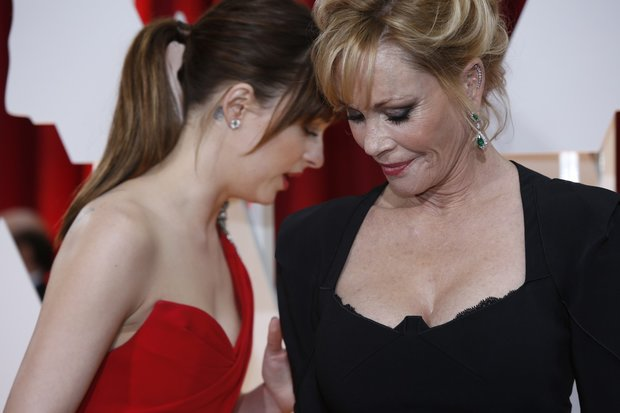 Matka a dcera: Dakota Johnson se možná mamince Melanii Griffith svěřuje s tím, že dostala kopačky Foto: