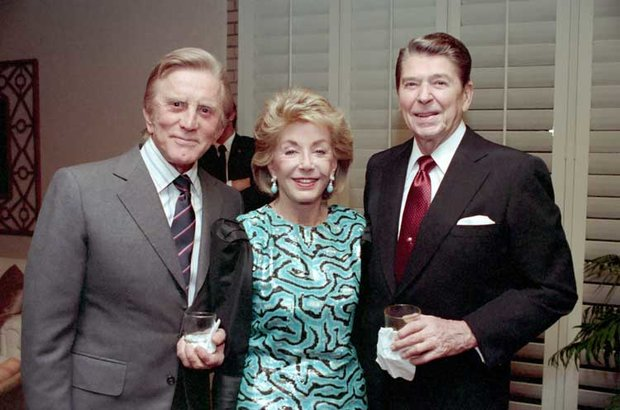 Kirk Douglas s manželkou a Ronaldem Reagenem Foto: Wikimeda commons/White House photo
